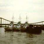 Alte Reichsbrücke und Kanonenboote der sowjetischen Donau-Flottillie
