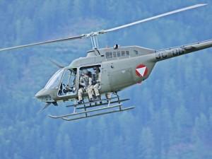 Jagdkommandos und Bell OH-58B Kiowa