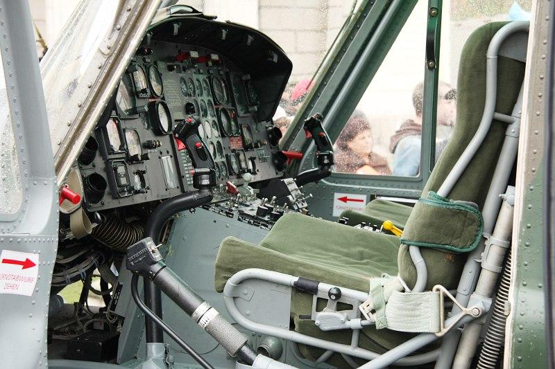 Cockpit des Agusta Bell AB-212 5D-HL