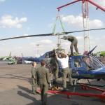 Bell OH-58B Kiowa (3C-OK) beim Lufttransport