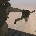 Jagdkommandos bei einem Übungsabsprung über dem Tschad
