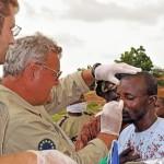 Ärztliche Versorgung der Opfer eines Überfalles bewaffneter Räuberbanden