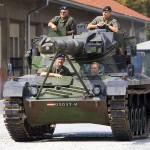 8. August 2012: Schwarzenegger besucht seine alte Kaserne, die Belgier-Kaserne in Graz und dreht eine Runde im Jagdpanzer Kürassier A2 © Bundesheer