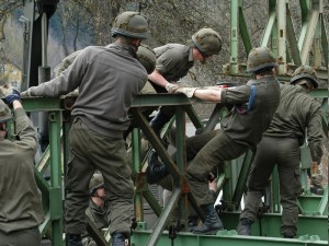 Pioniere bei der Errichtung einer Behelfsbrücke