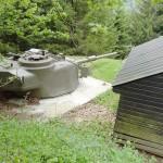 Ortsfest eingebauter Panzerturm Centurion mit 10,5 cm Kanone L7A1 des Bunkers W6 (Originalbestand). Daneben die Holztarnhütte © Doppeladler.com