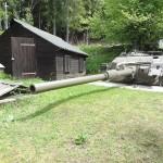 Ortsfest eingebauter Panzerturm Centurion mit 10,5 cm Kanone L7A1 des Bunkers W6 (Originalbestand). Dahinter die Holztarnhütte zum Überziehen © Doppeladler.com