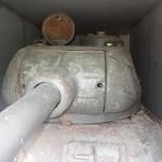 Den mittleren Kampfpanzer T-34 sowjetischer Bauart hat man wie hier zu sehen mit seiner 8,5 cm Kanone in einigen Fällen komplett in einen Bunker eingemauert © Doppeladler.com