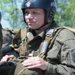 Soldaten des Jägerbataillons 25 bereiten sich auf einen Fallschirm-Absprung vor © Strobl