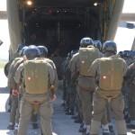 Die Fallschirmjäger des Jägerbataillons 25 besteigen eine Hercules Transportmaschine © Strobl
