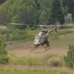 Schnell weiter nach Allentsteig, wo gerade ein Konvoi mit Geiseln unterwegs ist. Der Bell OH-58B Kiowa leitet den Zugriff ein © Strobl