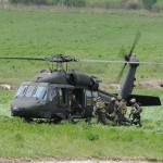 Die befreiten Geiseln und Verwundeten werden von einem Sikorsky S-70A-42 Balck Hawk ausgeflogen © Strobl