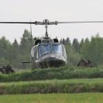 Agusta Bell AB-212 setzt weitere Truppen ab. Je nach Ausrüstung der Luftlandetruppe können etwa 11 Mann pro Hubschrauber in die Evakuierungszone geflogen werden © Strobl