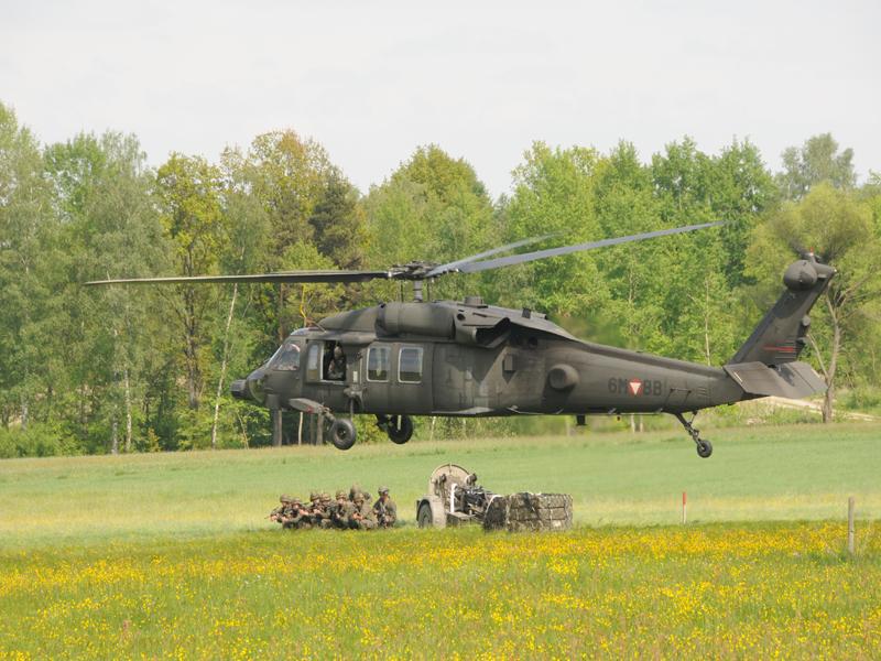Sikorsky S-70A-42 Black Hawk setzt einen schweren Granatwerfer 86 im Kaliber 12 cm ab © Strobl