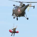 034 - Nach kurzer Zeit können der Verletzte und sein Retter mit der 225 kg Seilwinde hochgezogen werden.