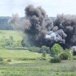Noch mehr Pyrotechnik. Diesmal ein simulierter Tieffliegerangriff mit Bomben mit Zeitverzögerung © Doppeladler.com