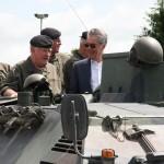 """Gemeinsam mit Generalstabchef Edmund Entacher besteigt Fischer einen Schützenpanzer SPz A1 """"Saurer"""", um zum Feldherrenhügel zu fahren © Doppeladler.com"""