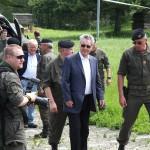 Bundespräsident Dr. Heinz Fischer wird kurz nach der Landung von Brigadier Mag. Anton Wessely, Kommandant der 3. Panzergrenadierbrigade (rechts im Bild), in Allentsteig begrüßt © Doppeladler.com