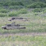 Nun beginnt der Bodenangriff. Zwei Kampfpanzerzüge mit je 4 Kampfpanzern Leopard 2A4 breschen aus dem Wald hervor © Doppeladler.com
