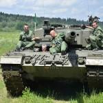 Der Bundespräsident am Steuer des Kampfpanzers Leopard 2 A4 © Bundesheer / Schön