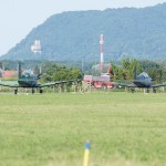 063 - Pilatus PC-7 Turbo Trainer 3H-FG und 3H-FE rollen zum Start. Im Hintergrund die Burg Greifenstein.