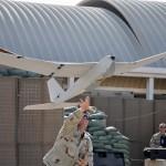 Die AeroVironment RQ-20 Puma gehört zu den leistungsfähigsten Vertretern der tragbaren UAV. Die Sensoren befinden sich in einem stabilisierten Drehturm, der aus dem Rumpf herausgeklappt wird © U.S. Navy
