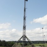 Am Feldherrenhügel: Automatisches Antennenmastsystem 25 m mit drei TRC-4000 Richtfunk-Systemen (rechteckige Boxen) und 3 UKW Antennen © Doppeladler.com