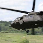 Zwei Sikorsky S-70A-42 Black Hawk eilen im Tiefflug herbei, um gefangene Rebellen aufzunehmen © Doppeladler.com