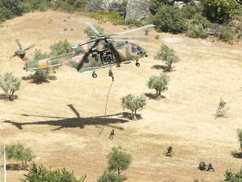 Agusta-Westland AW 101 514 Merlin beim Absetzen von Spezialeinsatzkräften © Hot Blade