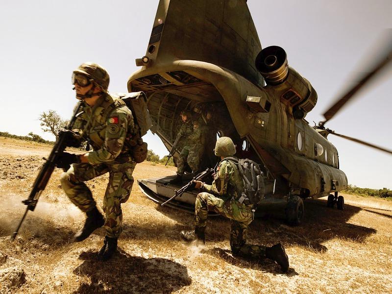Boeing CH-47D Chinook beim Absetzen portugiesischer Spezialeinheiten © Gorub