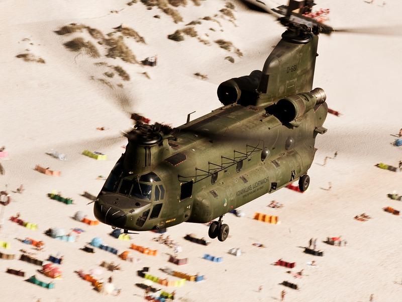 Boeing CH-47D Chinook des niederländischen Kontingents über dem Strand von Ovar © Gorub