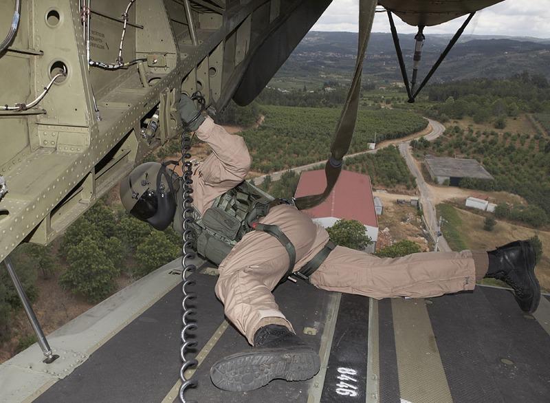 Dieser Bordtechniker des CH-53 beobachtet genau den Boden. Aufgewirbelte Objekte können den Hubschrauber beschädigen © Hot Blade