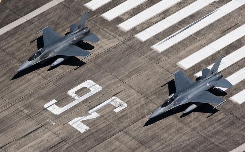 Eine Rotte Lockheed Martin F-16 MLU Fighting Falcon der portugiesischen Luftwaffe. Das Zusammenspiel zwischen Hubschrauber und Jets war ein wichtiger Teil der Übung © Hot Blade