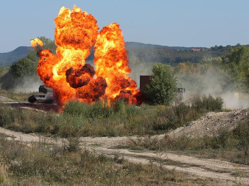 Im Zuge der Vorbereitung wurden alle erdenklichen Situationen durchgespielt. Hier geht eine Sprengfalle (IED) hoch, um einen Munitionstransport zu stoppen © Doppeladler.com