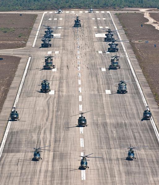 Das multinationale Hubschrauberelement am Flugfeld der Ovar Air Force Base © Gorub
