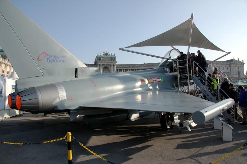 Wie jedes Jahr ein Publikums-Highlight: das Modell des Eurofighters Typhoon mit den Flaggen der Betreiberstaaten: Deutschland, Italien, Spanien, Großbritannien, Saudi Arabien und Österreich © Doppeladler.com