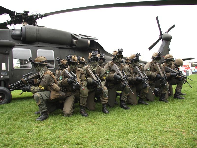 Die Soldaten des JgB 25 beziehen neben dem Black Hawk Stellung © Doppeladler.com