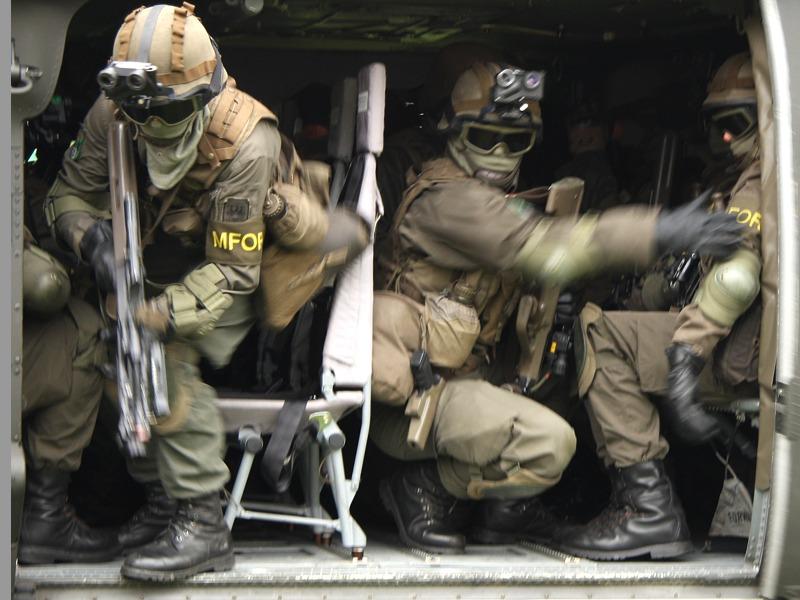 Vorführung des Jägerbataillons 25. Die Soldaten des Jägerbataillon 25 sind mit ihrem Black Hawk in der Nähe eines Hauses, in dem Terroristen entdeckt wurden, angelandet © Doppeladler.com