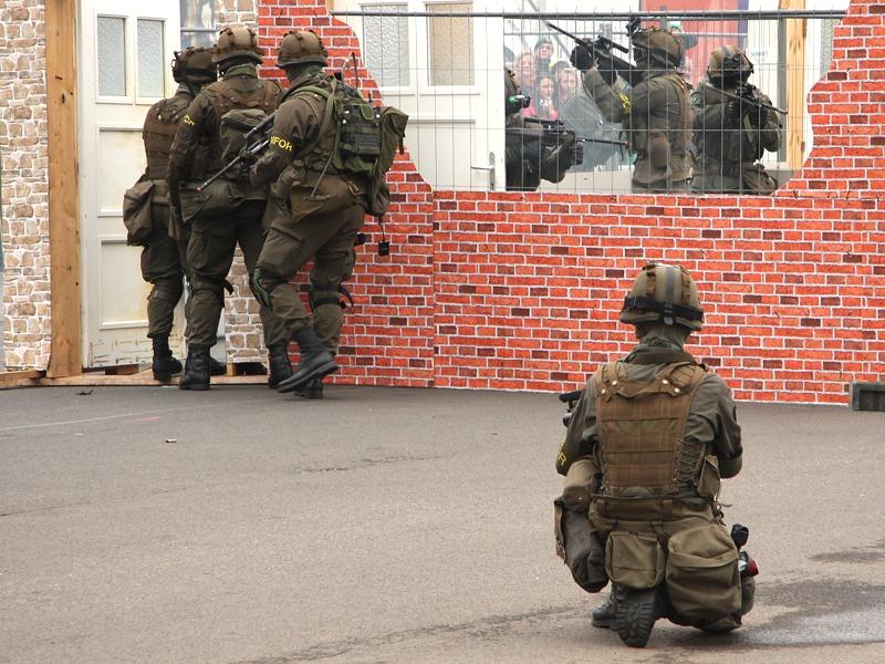 Die Jäger dringen in das Gebäude ein und sichern Raum für Raum © Doppeladler.com