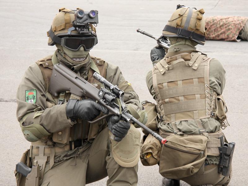 Die Sicherung erfolgt nach innen und nach außen. Die Soldaten sind mit Lucie Nachtsichtbrillen ausgerüstet © Doppeladler.com