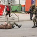 Ein Terrorist, der fliehen wollte, wird mit einem gezielten Tritt gestoppt © Doppeladler.com
