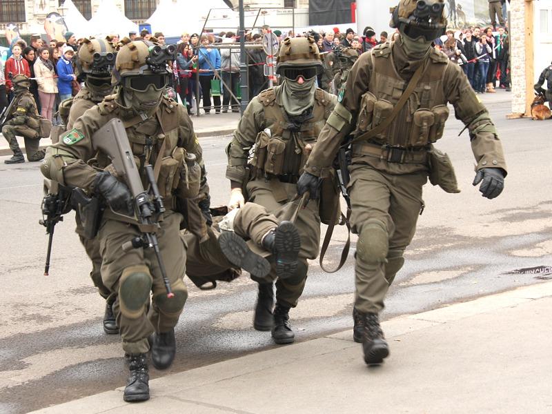 Abtransport der Verwundeten zur Landezone © Doppeladler.com