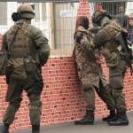 Die Gefangenen werden durchsucht © Doppeladler.com