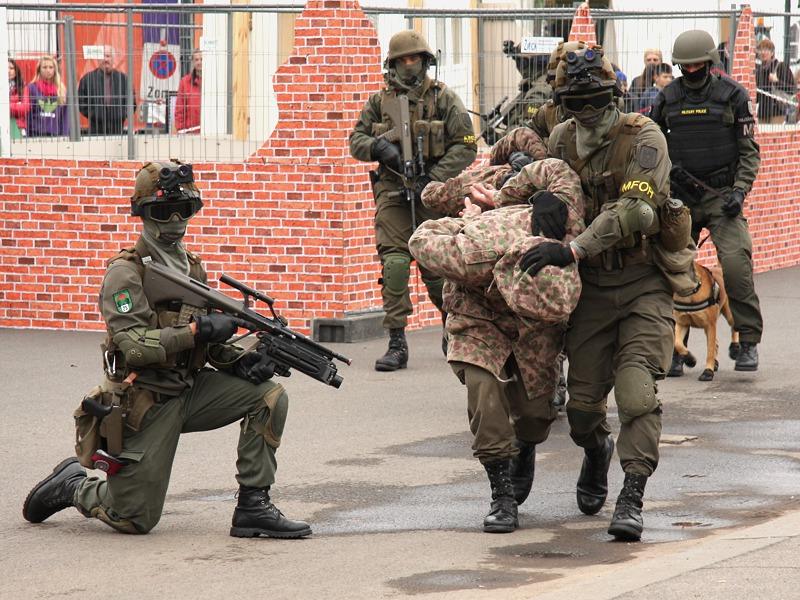Die gefangenen Terroristen werden abgeführt © Doppeladler.com
