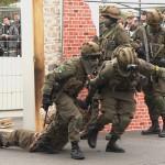 Verletzte werden aus dem Gefahrenbereich gezogen und erstversorgt © Doppeladler.com
