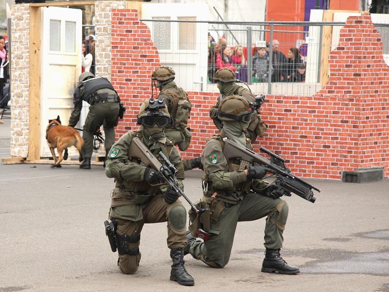 Der Sprengstoff-Spürhund wird in das Gebäude geschickt © Doppeladler.com