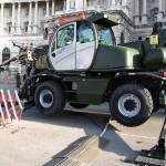Teleskoplader Manitou MRT 2150 Privilege. Von einer Arbeitsbühne aus wird das Gerät zur Dekontamination von Fahrzeugen eingesetzt © Doppeladler.com