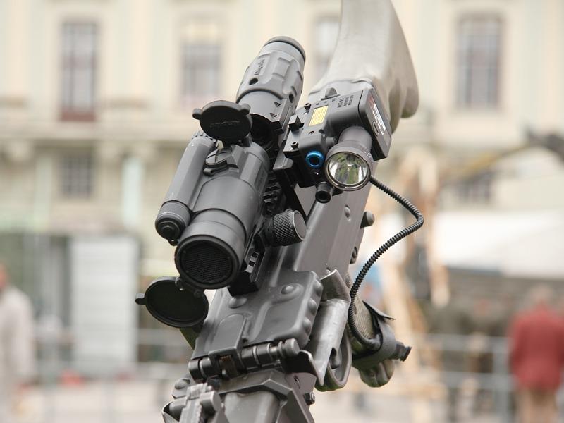 Dieses 7,62 mm Maschinengewehr MG74 ist mit einem Aimpoint Comp M4 Reflexvisier, einer 3-fach Vergrößerung Aimpoint 3XMAG und dem taktischen Laser-Licht-Modul ausgestattet © Doppeladler.com