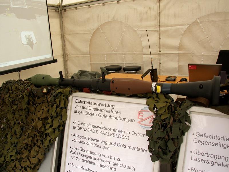 Diese Attrappe einer RPG-7 für das Duellsimulationssystem BT-46 verschießt Laserstrahlen mit lautem Krall. Am Bildschirm kann live verfolgt werden, wer oder was getroffen wurde © Doppeladler.com