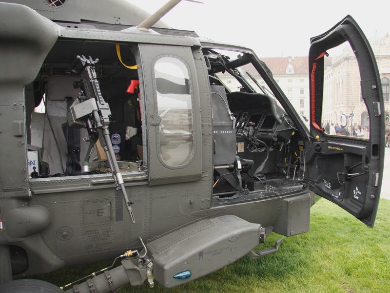 Zur Selbstverteidigung kann der Black Hawk mit zwei 7,62 mm Maschinengewehren FN MAG 58M in den Doorgunner-Positionen bewaffnet werden © Doppeladler.com