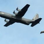 Lockheed Martin C-130J Hercules setzt eine amphibische Einheit samt Schlauchboot per Fallschirm ab © FLVFOT